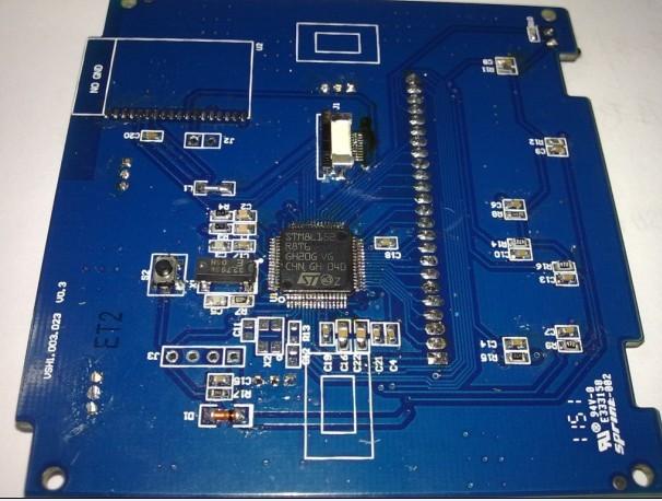 采用stm8l152r8负责控制液晶显示